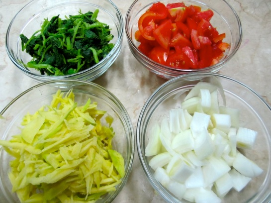 TOPPING: Wilted Spinach, Shredded Green Mango, diced Tomatoes, Chopped Onions